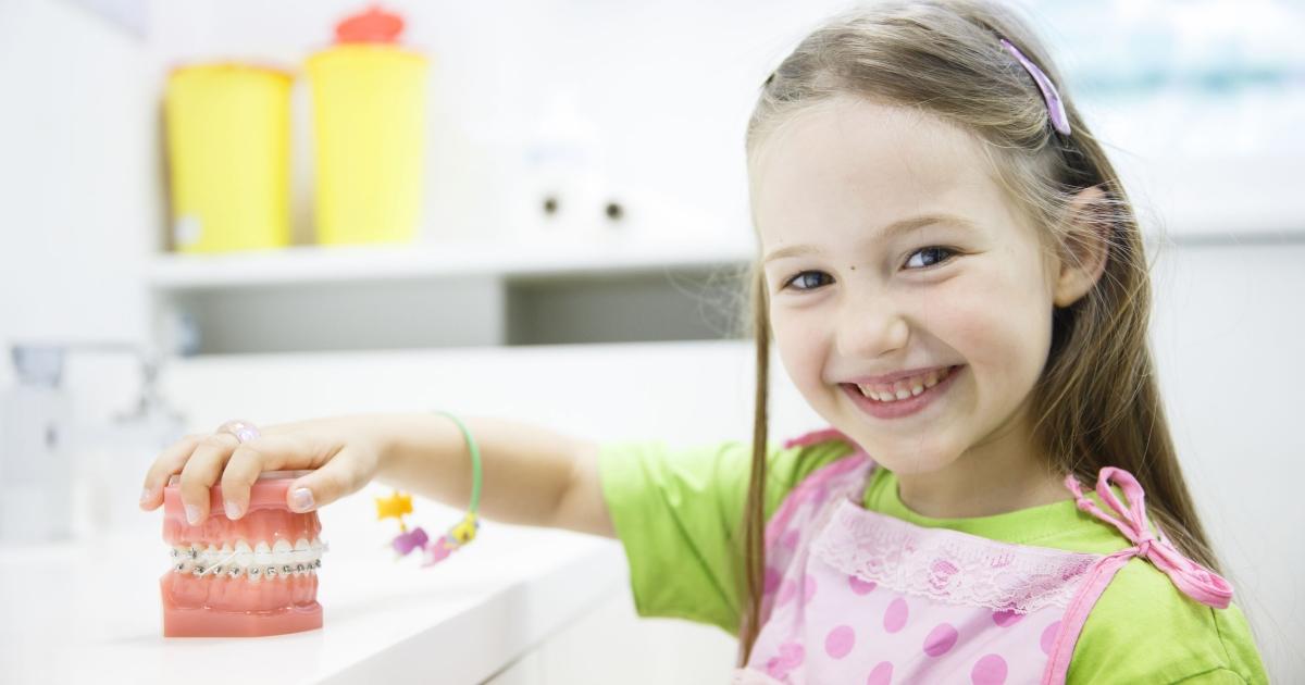 Bambina nello studio odontoiatrico in attesa della seduta per sigillatura.