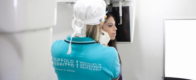 dottoressa che esegue radiografie dentali in studio